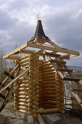 Креативный древесный туалет для дачи